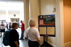VITORS IN ARLINGTON CEMENTRY IN VIRGINA USA lizenzfreie stockbilder