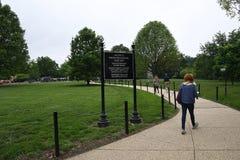 VITORS IN ARLINGTON CEMENTRY IN VIRGINA USA lizenzfreie stockfotografie