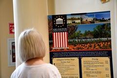 VITORS EN ARLINGTON CEMENTRY EN VIRGINA LOS E.E.U.U. fotos de archivo libres de regalías