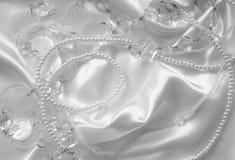 Vitpärlor och nacreous beeds på vit silke eller satäng som weddin Royaltyfri Bild