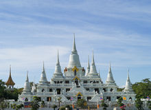 Vitpagoda på blåttskybakgrund Arkivbild