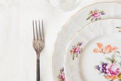 Vitplattor, en gaffel, en vinglas Royaltyfria Foton