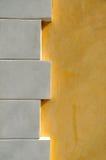 Vitpol och gulingvägg Royaltyfri Bild