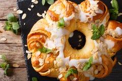 Vitré autour du gâteau de brioche avec de la crème et des amandes de fromage en gros plan photo stock