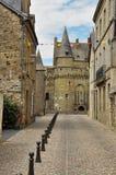 Vitré, Bretagne, Frankrijk. Stadssteeg en hoofdkasteel Stock Afbeelding