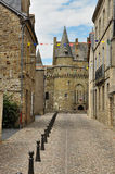 Vitré, la Bretagne, France. Allée de ville et château principal Image stock
