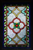 Vitrage dans la vieille chapelle avec des couleurs lumineuses et des ornamen floraux images libres de droits