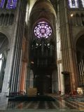 Vitrage et orgues dans Cathédrale àReims stock foto's