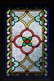 Vitrage i det gamla kapellet med ljusa färger och blom- ornamen royaltyfria bilder
