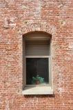 Vitrail dans un mur de briques Photos stock