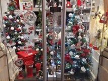 1 vitral bonito com árvores de Natal e ornamento do branco vermelho-ouro-verde Foto de Stock Royalty Free
