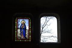 Vitral colorido da igreja que descreve a mãe do deus imagens de stock royalty free