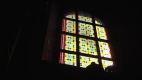 Vitral colorido en el cuarto oscuro almacen de video