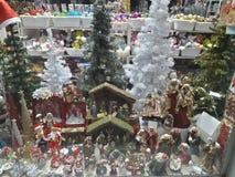 1 vitral com as árvores dos ornamento, do pinho do Natal, as brancas e as verdes, comedoiros, beleza foto de stock royalty free