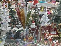 1 vitral com Papai Noel e árvores e brinquedos de Natal Fotografia de Stock