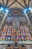 Vitral dentro de la catedral gótica de Milán, Italia Foto de archivo