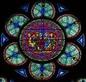 Vitral em Notre Dame, Paris, descrevendo o domingo de Pentecostes imagens de stock royalty free