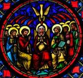 Vitral - madre Maria y los apóstoles en Pentecostés foto de archivo libre de regalías