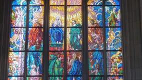 Vitral multicolor brillante en ventana de la catedral católica almacen de video