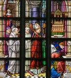 Vitral - obispo y sacerdotes en la iglesia de St Gummarus imágenes de archivo libres de regalías