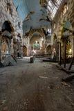 Vitral quebrado, construção de desmoronamento & grafittis - igreja abandonada imagens de stock royalty free