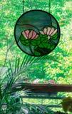 Vitral rosado de los lirios de agua en ventana Fotos de archivo