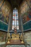 Vitral y pinturas interiores en la catedral de Vitus del santo Foto de archivo