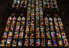 Vitrales coloridos en el Duomo (catedral) en Milán Imagen de archivo