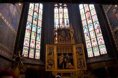Vitrales en la catedral de Praga fotos de archivo