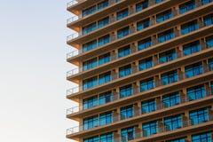 Vitraux bleus et balcon ocre de modèle moderne de bâtiment Photos stock