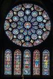 Vitraux dans la cathédrale de Chartres Photographie stock libre de droits