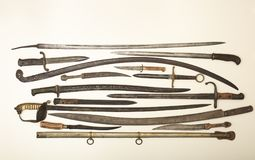 Vitrine avec de vieilles épées historiques Photo stock