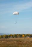 Vitrundan hoppa fallskärm på bakgrunden av höstlandskapet Royaltyfri Bild