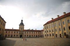 Vitrysk turist- gränsmärkedragningsNesvizh slott - medeltida slott i Nesvizh, inre område Arkivbild