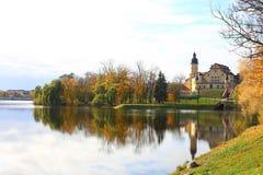Vitrysk turist- gränsmärkedragningsNesvizh slott - medeltida slott i Nesvizh, Vitryssland reflexion i vatten Härlig höst Royaltyfria Foton