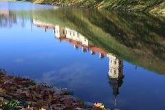 Vitrysk turist- gränsmärkedragningsNesvizh slott - medeltida slott i Nesvizh, Vitryssland reflexion i vatten med blå himmel Arkivbilder