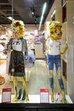 Vitryssland Minsk - April 12, 2017: Två kvinnliga attrapper i ett shoppafönster Royaltyfri Bild