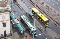 VITRYSSLAND MINSK - JULI 01, 2018: Buss och spårvagn på hållplatsen Arkivfoto