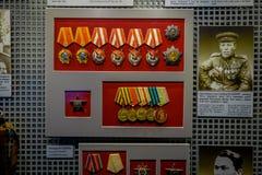VITRYSSLAND MINSK - MAJ 01, 2018: Inomhus sikt av blandade medaljer inom av vitryskt statligt museum av det stora patriotiskt Royaltyfria Foton