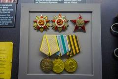 VITRYSSLAND MINSK - MAJ 01, 2018: Inomhus sikt av blandade medaljer inom av vitryskt statligt museum av det stora patriotiskt Royaltyfri Fotografi