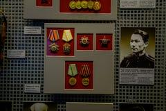 VITRYSSLAND MINSK - MAJ 01, 2018: Inomhus sikt av blandade medaljer inom av vitryskt statligt museum av det stora patriotiskt Arkivfoton