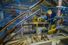 VITRYSSLAND MINSK - MAJ 01, 2018: Inomhus sikt av blandade vapen och granater som används under kriget inom av glasssestructure Arkivfoton