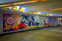 VITRYSSLAND MINSK - MAJ 01, 2018: Inomhus sikt av korridorväggen som målas, inom av det vitryska statliga museet av det stort Arkivbild