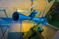 VITRYSSLAND MINSK - MAJ 01, 2018: Stäng sig upp av den selektiva fokusen av den främre sikten av en maskingevär, utrustning som a Royaltyfri Foto