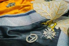 VITRYSSLAND MINSK - MAJ 01, 2018: Stäng sig upp av kläder som används under kriget och var nu, inom av det statliga museet av det arkivfoton