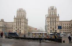 Vitryssland Minsk - mars 32, 2018: Klockatorn på stationsfyrkanten i Minsk Royaltyfri Fotografi