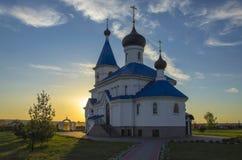 Vitryssland Minsk: ortodox St Nicholas Church i strålar av inställningssolen Royaltyfri Fotografi