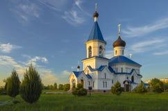 Vitryssland Minsk: ortodox St Nicholas Church i strålar av inställningssolen Royaltyfria Bilder