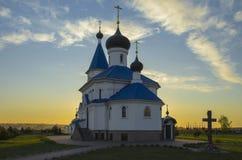 Vitryssland Minsk: ortodox St Nicholas Church i strålar av inställningssolen Royaltyfri Bild
