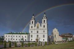 Vitryssland Minsk: Svyatodukhov en domkyrka och en regnbåge efter sommarhällregn royaltyfria foton